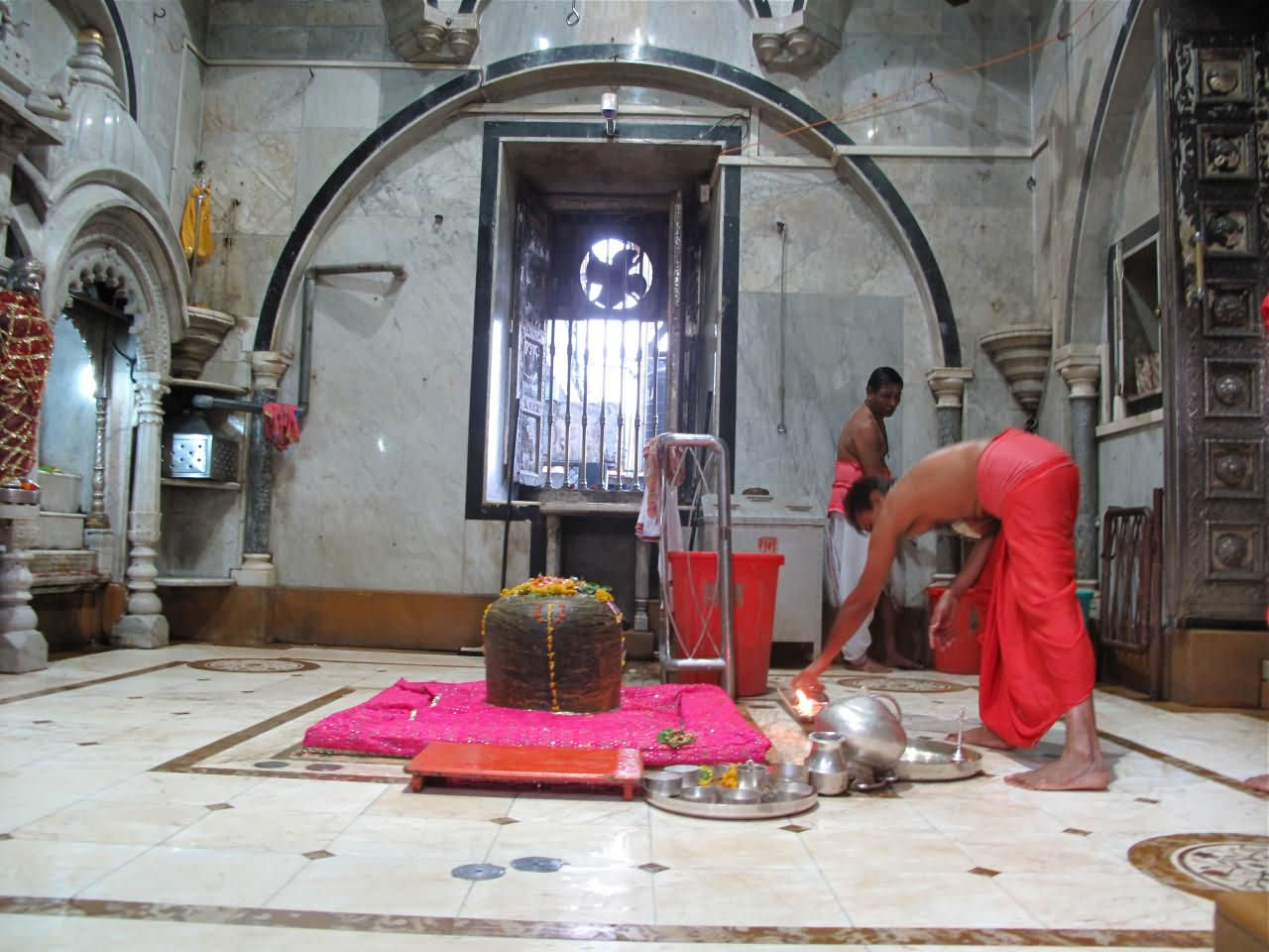 Babulnath Temple Mumbai, Shivling In The Babulnath Temple - FindMessages.com