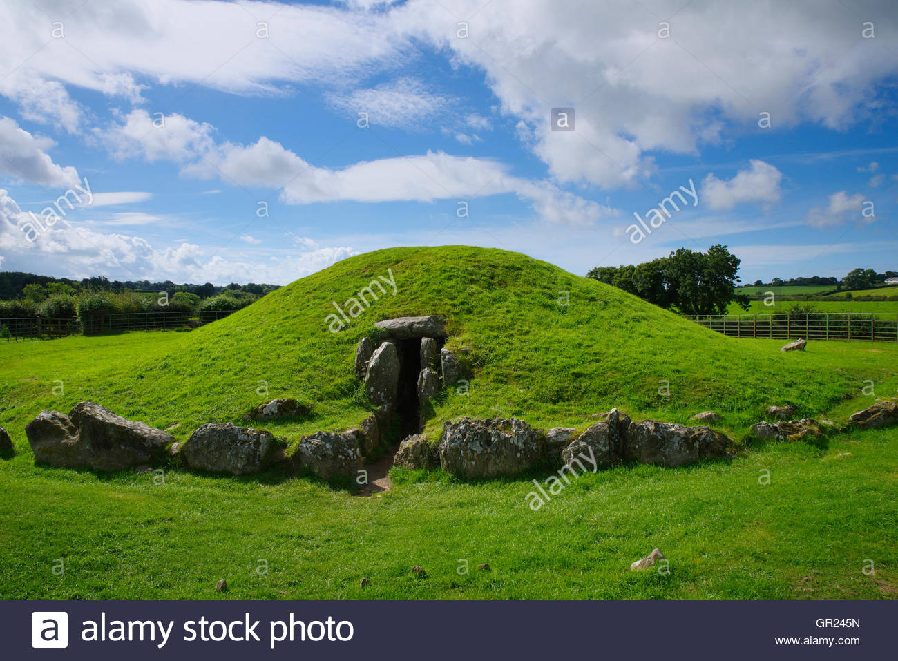 Bryn Celli Ddu North Wales, Bryn Celli Ddu burial chamber, Anglesey, North Wales Stock Photo ...
