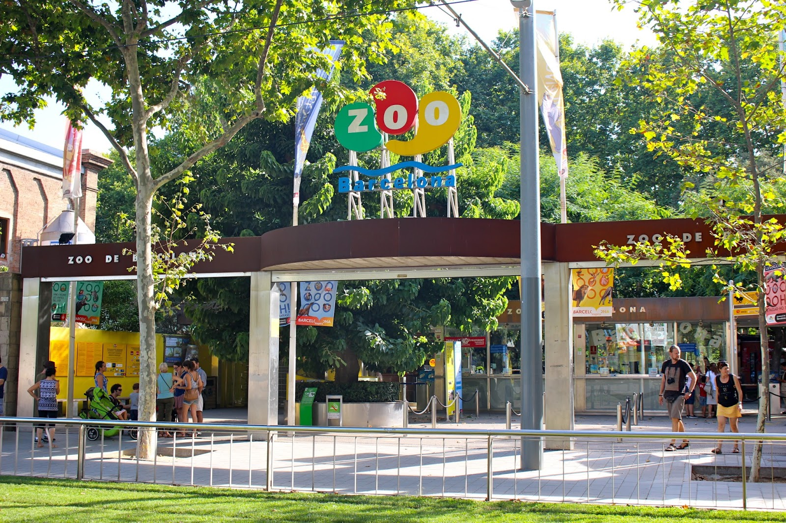 Carrer dels Escudellers Barcelona, How to get a discount for the Barcelona Zoo?