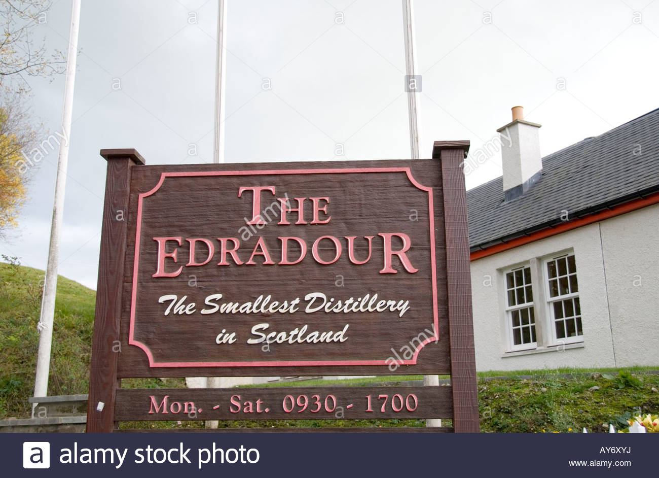Edradour Distillery Pitlochry, Sign at entrance of Edradour Distillery, Pitlochry, Scotland Stock ...