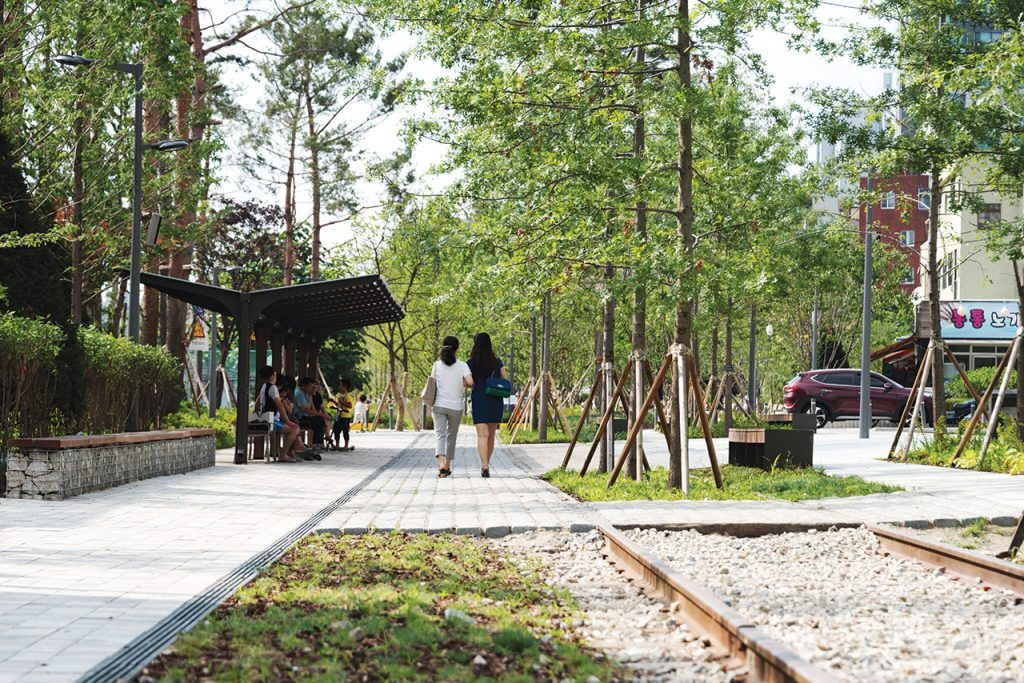 Gyeongui Line Forest Park Seoul, A New Perspective on the City 경의선 숲길 | SEOUL Magazine