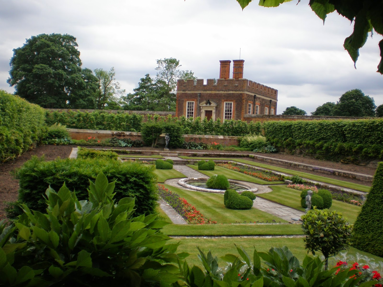 Hampton Court Palace Maze London, What to Do at Hampton Court Palace with Kids: Secret Rooms, Queen ...