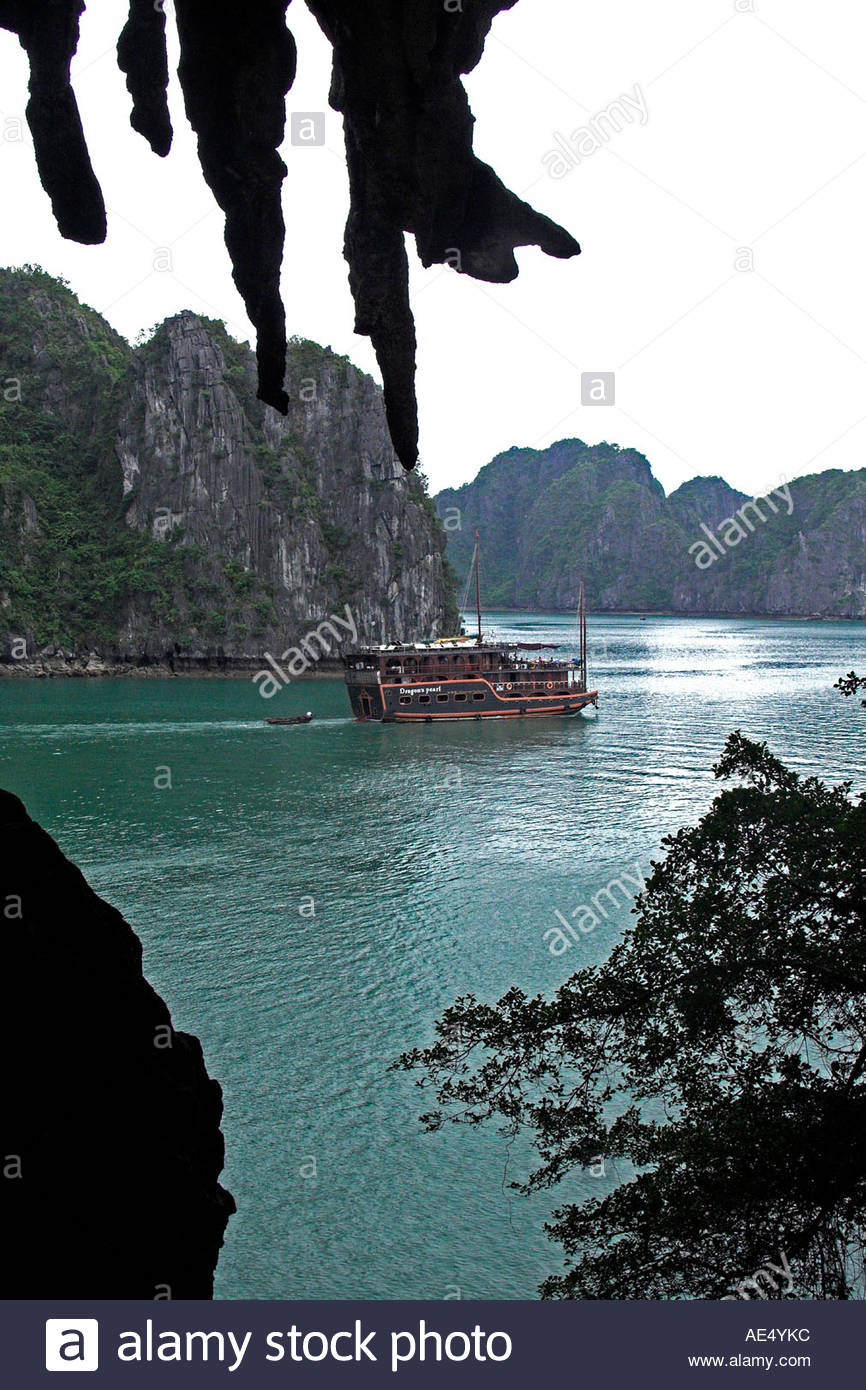 Hang Trong Halong Bay, Rocks and stalactites in Hang Trong the Drum Grotto frame the ...