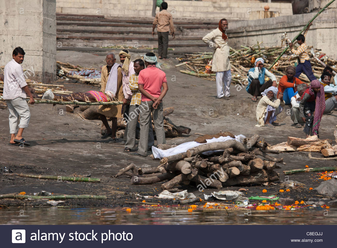 Harishchandra Ghat Varanasi, Mourners with bodies for Hindu cremation at Harishchandra Ghat ...