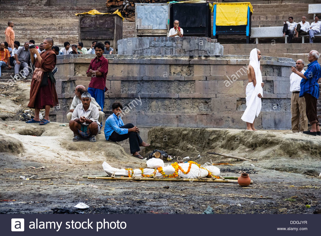 Harishchandra Ghat Varanasi, Funeral ceremony and shrouded corpse at Harishchandra Ghat Stock ...