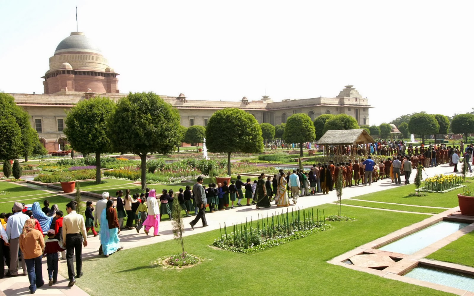 mughal garden The mughal gardens located within the rashtrapati bhavan, is one of the most famous parks and gardens in delhi designed by sir edwin lutynes, the mughal gardens is designed in a blend of mughal style and the design of a british garden.