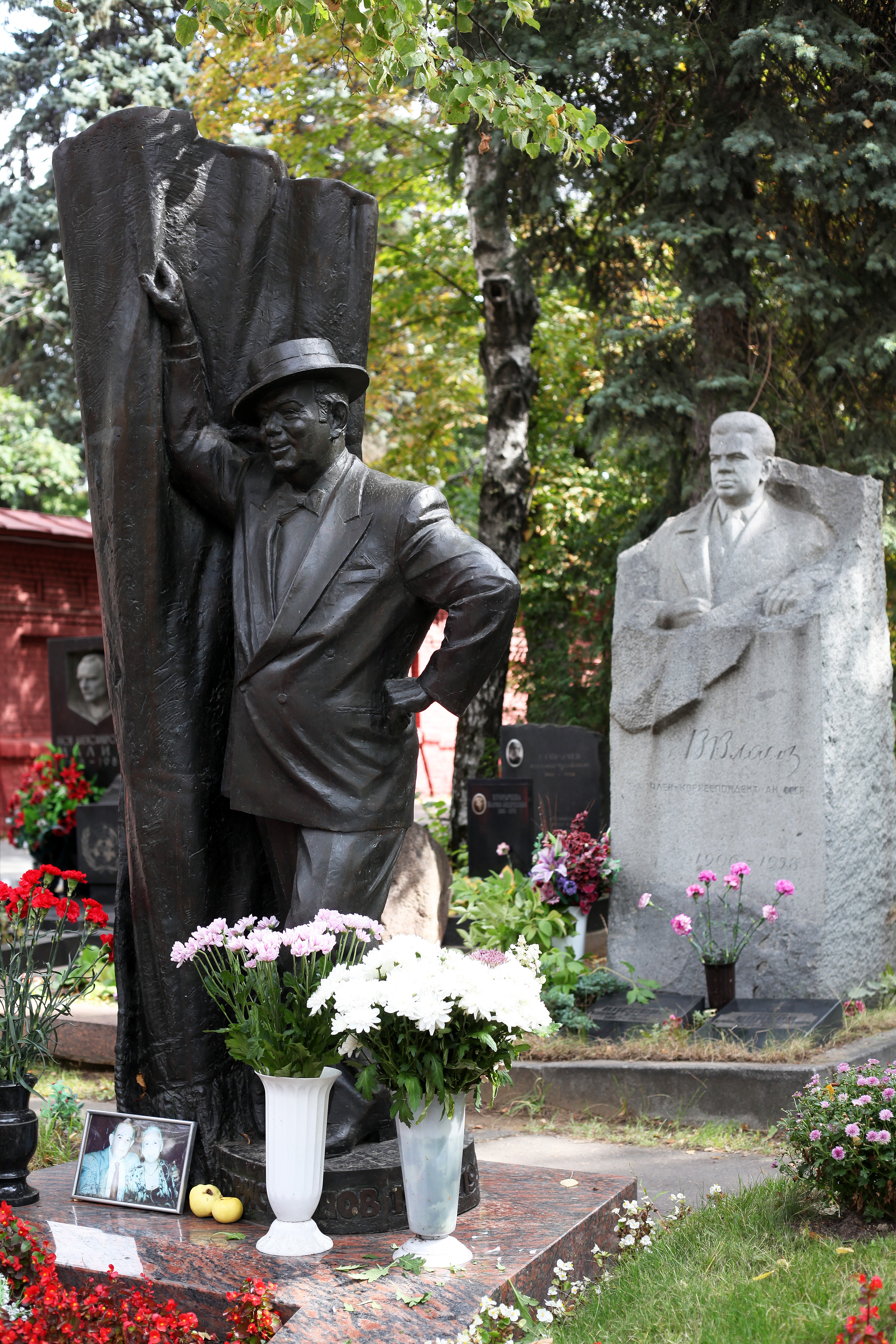 Novodevichy Cemetery Moscow, Meeting new friends at the Novodevichy Cemetery | Eithne Nightingale