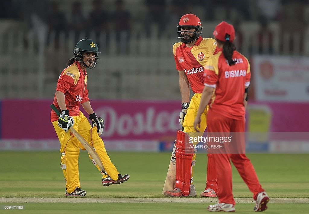 Rawalpindi Cricket Stadium Islamabad & Rawalpindi, Pakistani captain Misbah-ul-Haq (C) of Islamabad United chats with ...
