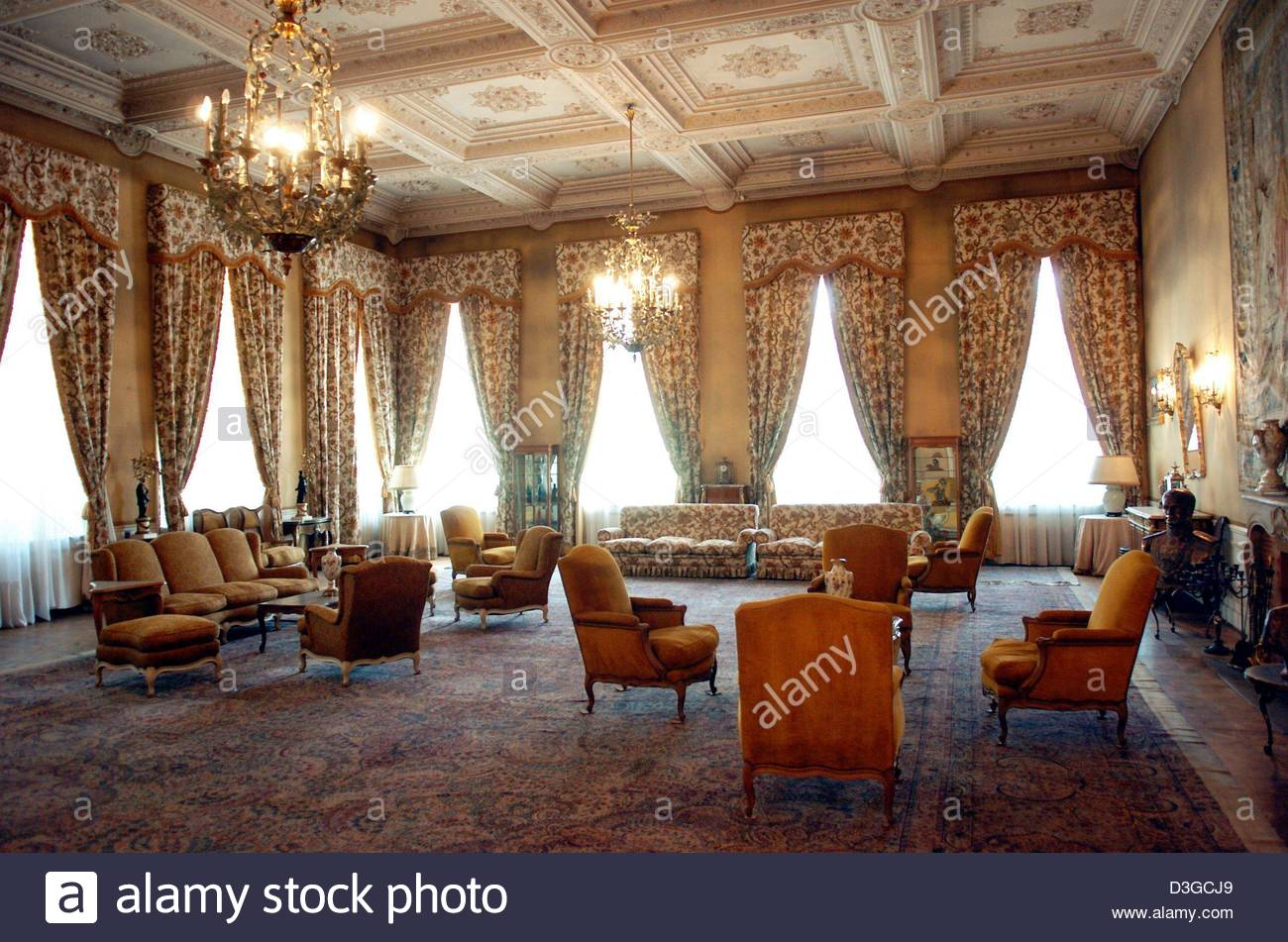 White Palace Tehran, dpa) - View of a luxurious reception hall in the White Palace of ...